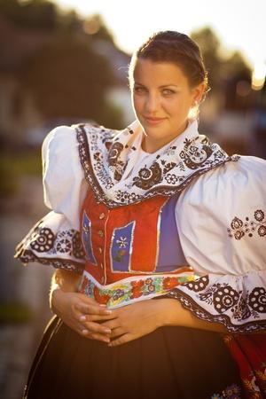 regional: Manteniendo la tradici�n, juventud, mujer viva en una rica decoraci�n traje ceremonial traje folcl�rico traje folkl�rico Kyjov, Moravia del Sur, Rep�blica Checa Foto de archivo
