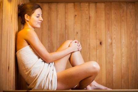 cabine de douche: Jeune femme de d�tente dans un sauna