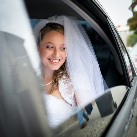 Portrait of a beautiful young bride waiting in the car on her way to the wedding ceremony Standard-Bild