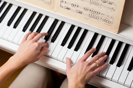 fortepian: Gra na fortepianie (pÅ'ytkie DOF, kolor stonowanych obraz) Zdjęcie Seryjne