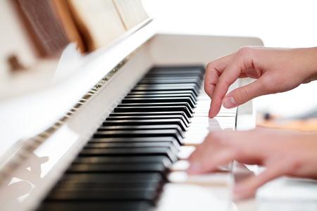instruments de musique: Jouer du piano (shallow DOF; image couleur tonique)