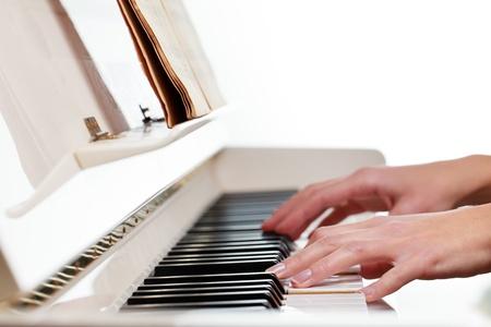 tocando piano: Reproducción de Piano DOF someras, imagen en color entonado