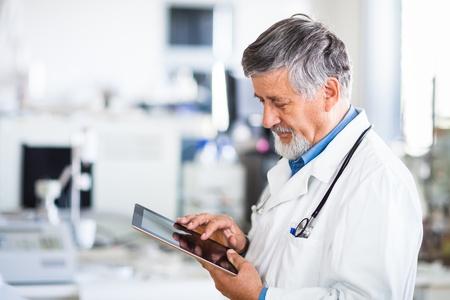 paciente: M�dico jefe usando su Tablet PC en la imagen de trabajo de color entonado