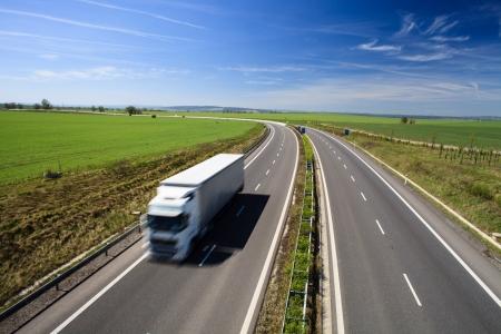 autopista: Tr�fico en las Carreteras en un d�a hermoso, soleado de verano