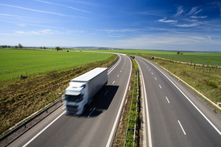 lorry: traffico autostradale in una bella giornata di sole estivo Archivio Fotografico