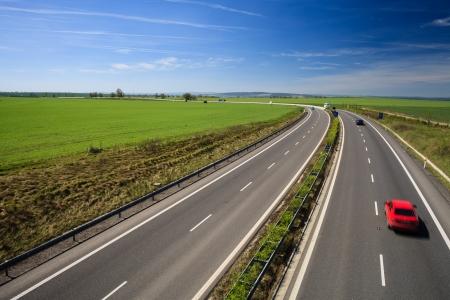 fast lane: Tr�fico en las Carreteras en un d�a hermoso, soleado de verano