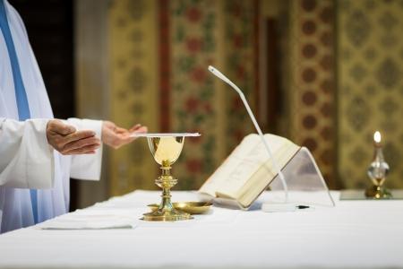 sacerdote: Sacerdote durante una ceremonia de la boda  misa nupcial