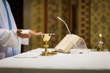 eucharistie: Pr�tre au cours d'une c�r�monie de mariage  messe de mariage