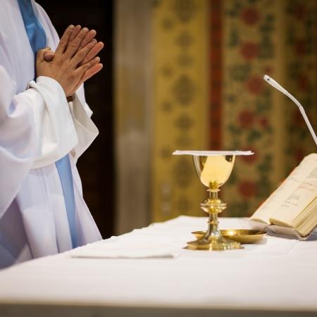 religion catolica: Sacerdote durante una ceremonia de la boda  misa nupcial