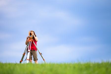 Topógrafo joven en el trabajo Foto de archivo