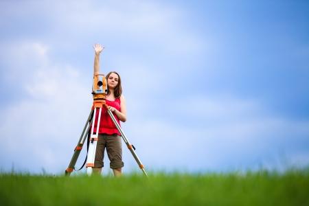surveyor: Topógrafo joven en el trabajo