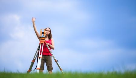 topografo: Top�grafo joven en el trabajo