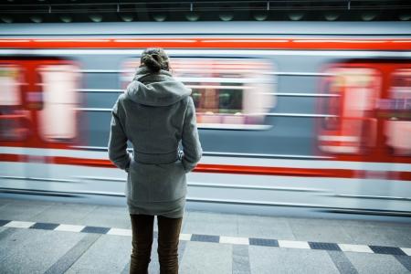 passenger vehicle: Estaci�n de metro (movimiento borrosa imagen en color entonado) Foto de archivo