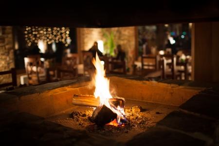 ohniště: Útulný krb v horské chatě