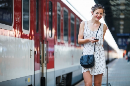 estacion de tren: Bastante joven mujer en una estaci�n de tren Foto de archivo