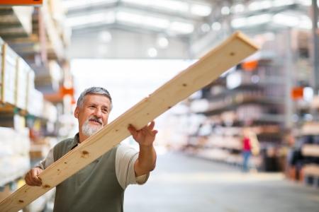 Man Kauf Bauholz in einem Baumarkt Standard-Bild