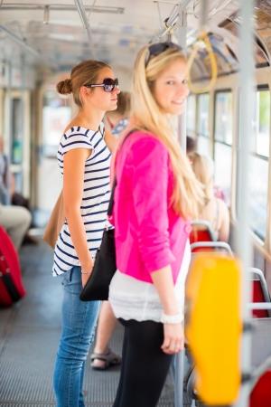 passenger buses: Escuela bonita, joven mujer en un tranvía  tranvía, durante su viaje al trabajo  (color en tonos imagen; DOF superficial) Foto de archivo