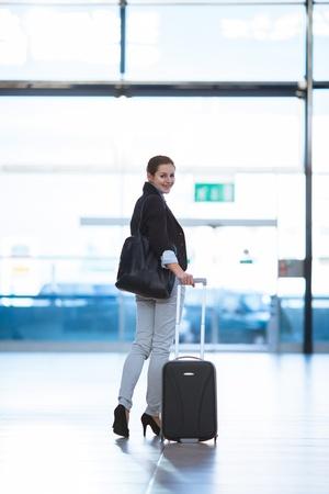 Hübsche junge Frauen Fluggast am Flughafen (shallow DOF, Farbe getönt Bild) Lizenzfreie Bilder