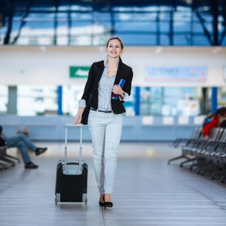gente aeropuerto: Bastante joven mujer pasajero en el aeropuerto