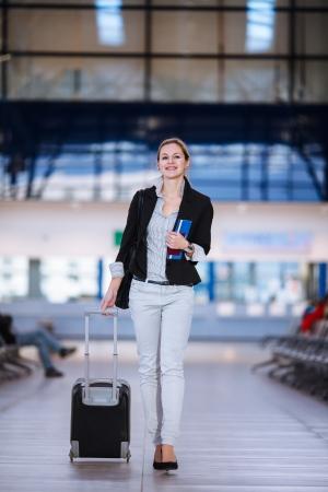 Bastante joven mujer de pasajeros en el aeropuerto