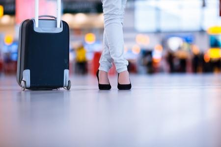 Hübsche junge Frauen Fluggast am Flughafen (shallow DOF, Farbe getönt Bild)