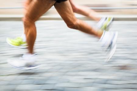 Motion verwischt Läufer die Füße in eine Stadt-Umgebung - läuft Marathon (Panning-Technik verwendet -> Bewegung unscharfes Bild, Farbe getönt Bild) Lizenzfreie Bilder
