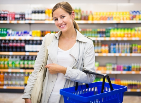 スーパー モール食料品店色で食料品を買いかなり若い女性トーン画像;浅い被写し界深度
