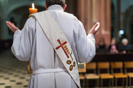 eucharistie: Pr�tre au cours d'une messe de c�r�monie Banque d'images