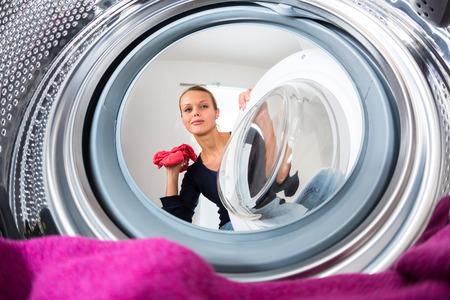 jeune femme faisant la lessive Banque d'images