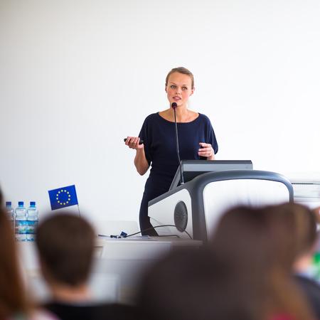 Hübsche, junge Geschäftsfrau, die eine Präsentation in einem Seminar  Tagung Einstellung