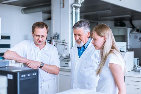 investigador cientifico: El equipo de investigadores que llevan a cabo experimentos en un laboratorio Foto de archivo