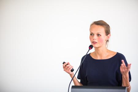かなり、若い女性 (浅い DOF; トーン カラー画像)会議設定でプレゼンテーション