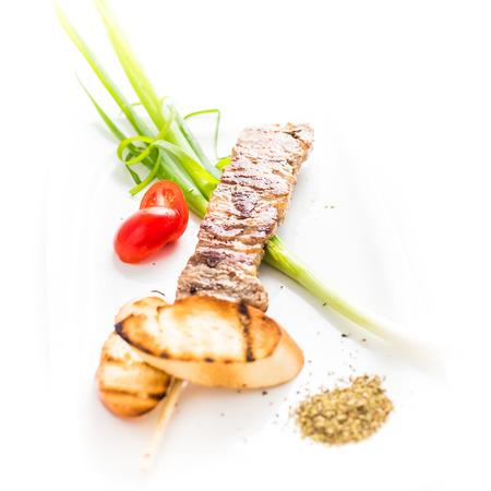 comida arabe: Famoso plato souvlaki griego en un plato blanco