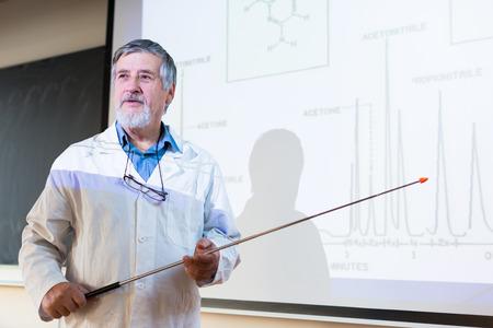 profesor: Profesor de química de alto nivel dando una conferencia delante de aula llena de estudiantes Foto de archivo