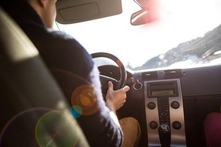 Jonge man rijden zijn auto in een sterk zonlicht Stockfoto - 28326258