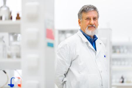 Chercheur mâle effectuant des recherches scientifiques dans un laboratoire (shallow DOF; image couleur tonique) Banque d'images