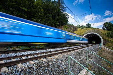 tunel: Tren rápido que pasa a través de un túnel en un hermoso día de verano (movimiento de la imagen borrosa) Foto de archivo