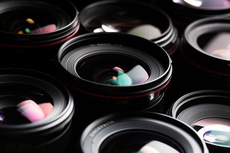 Moderne Kameralinsen mit Reflexionen, Low Key Bild Lizenzfreie Bilder