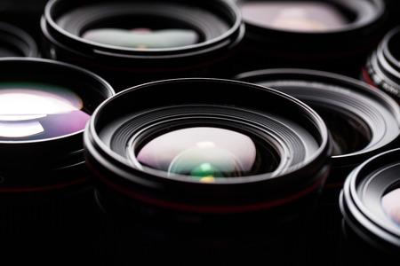 Moderne cameralenzen met reflecties, low key beeld