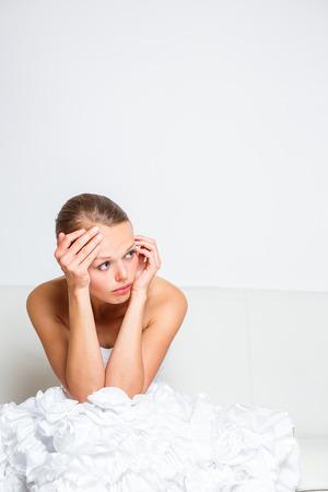 Triest bruid huilen op een sofa zitten, geslagen, nadenken, laag en depressief voelen Stockfoto