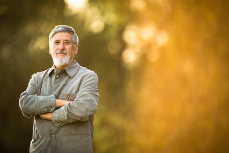 hombre viejo: Retrato de un hombre mayor al aire libre Foto de archivo