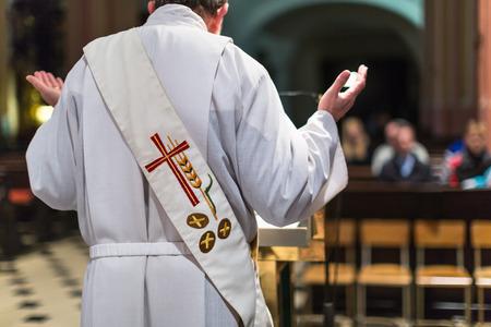 Priester tijdens een ceremonie  Massa Stockfoto