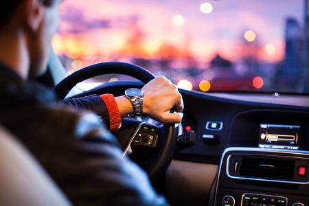 Guidare una macchina di notte, l'uomo alla guida della sua vettura moderna di notte in una città (shallow DOF, immagine a colori toned) Archivio Fotografico - 35027716