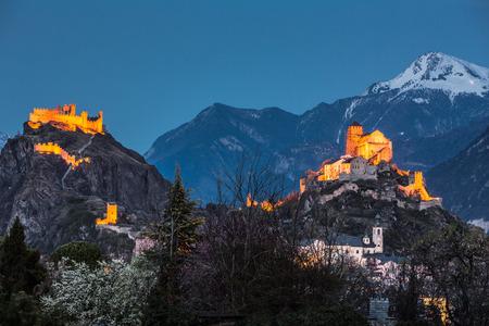 edad media: Suiza, Valais, Sion, Night Shot de los dos Castillos - Castillo de Tourbillon de la izquierda y la basílica fortificada de Valere está en la colina a la derecha
