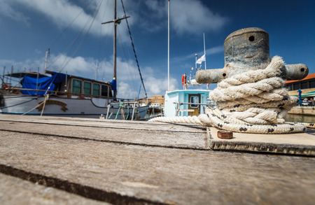 pescando: Barco punto de atraque en un puerto deportivo - cuerda fija alrededor de un asegurador en un peque�o puerto