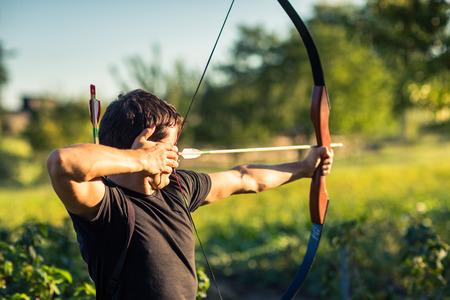 若いアーチャーの弓と訓練 写真素材