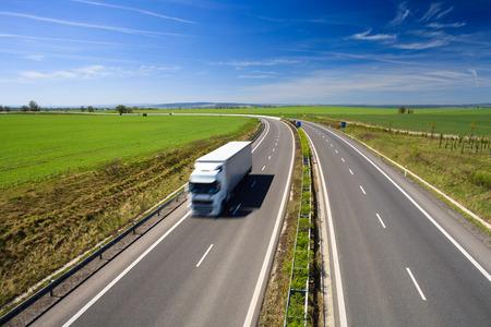 Autobahn-Verkehr auf einem schönen, sonnigen Sommertag Standard-Bild