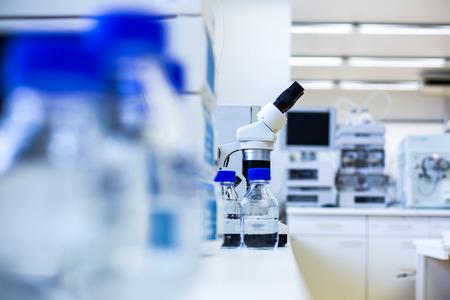 laboratorio clinico: laboratorio de química (DOF, se centran en los vasos de precipitados en el primer plano)