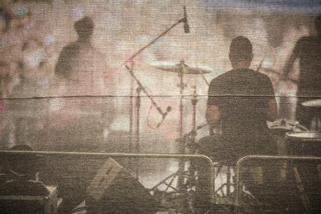 Band die live op een podium, in de voorkant van de enorme menigte Stockfoto