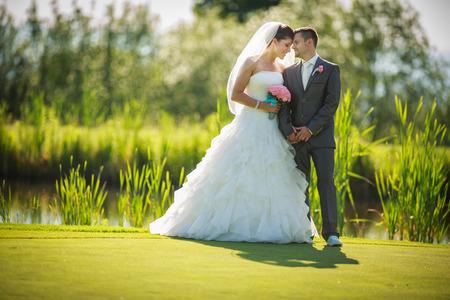 wesele: Portret młodej pary ślubnej w dniu ślubu